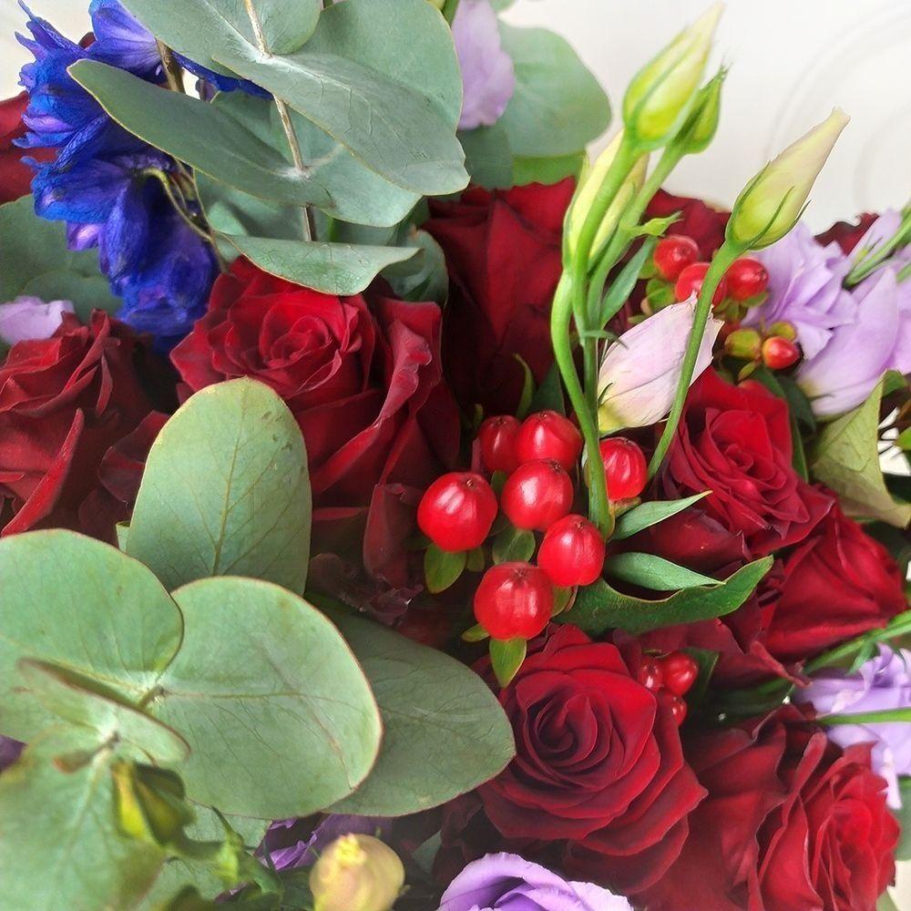 Букет 19 бордовых роз с дельфиниумом и эвкалиптом