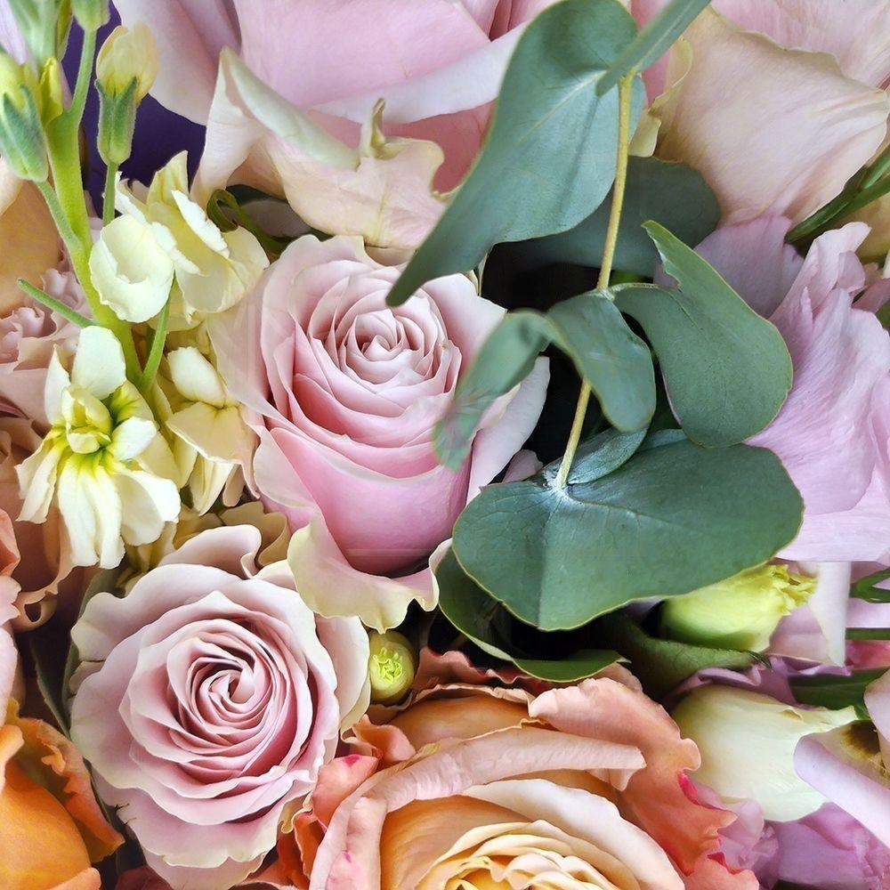 Букет 25 роз с маттиолой, лизантусом и зеленью (редкие сорта)