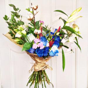 Букет 13 синих роз с хлопком, лилией и лизиантусами