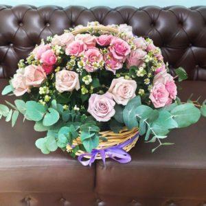 Корзина 35 роз с ромашками и снежноягодником