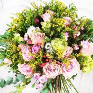 Букет 25 розовых роз с гортензией, пионами и зеленью