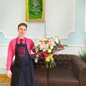 Букет 17 розовых роз (Premium) с лизиантусом и зеленью