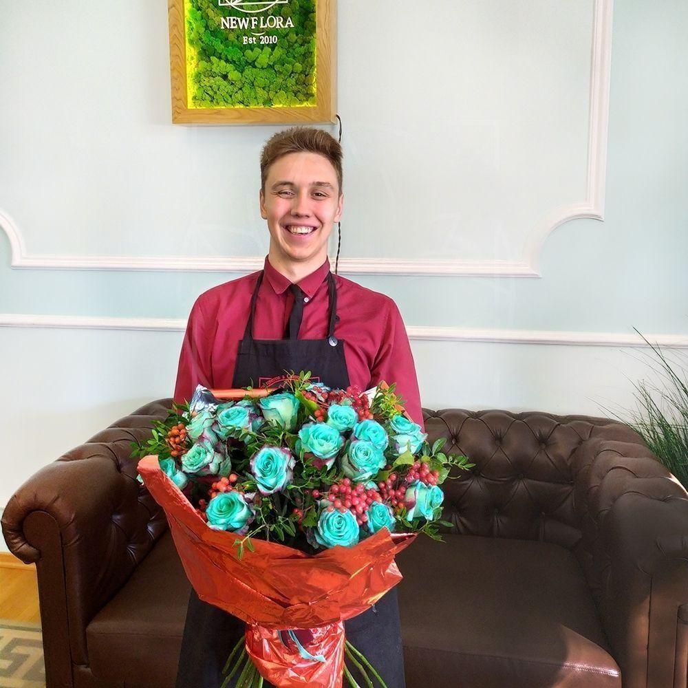 Букет 25 бирюзовых роз (new sweetness) с калиной и зеленью