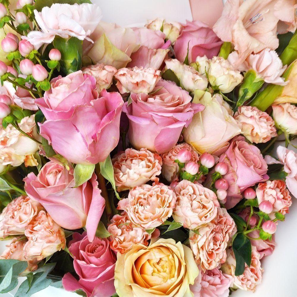 Букет коралловых роз с гладиолусами, гвоздиками и зеленью (цвет года 2019 по версии Pantone)