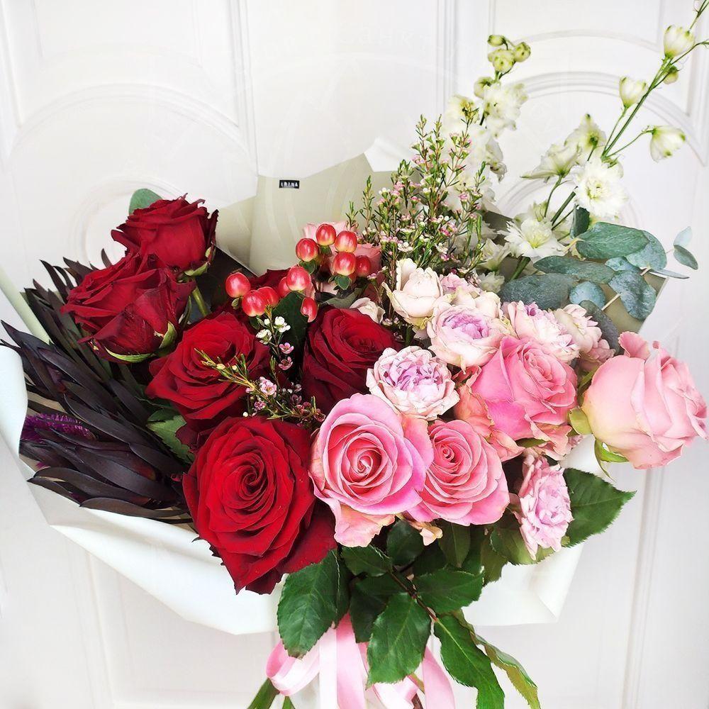 Букет роз с дельфиниумом и эвкалиптом