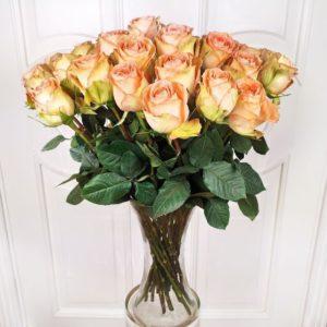 Букет 25 персиковых роз сорт Country Home