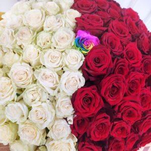 Букет 101 роза с радужной розой в центре