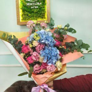 Букет роз с гортензией и лизиантусами