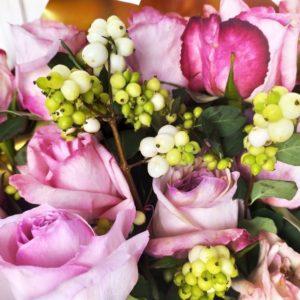 Букет 25 пионовидных розовых роз Pink Ohara и снежноягодник