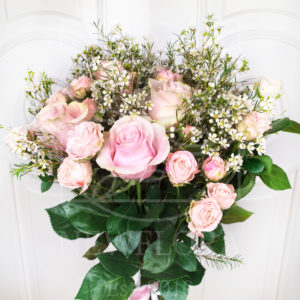 Букет 25 розовых роз с ваксфлауэр