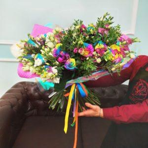 Букет 29 радужных роз с лизиантусом и антуриумом