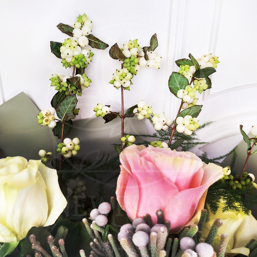 Букет роз с ирисами, дельфиниум и снежноягодник