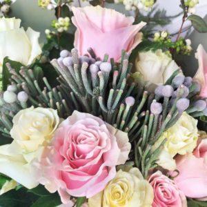 Букет роз с брунией, ирисами, дельфиниум и снежноягодник