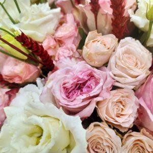 Букет 51 пионовидная роза Pink Ohara с лизиантусом и рожью