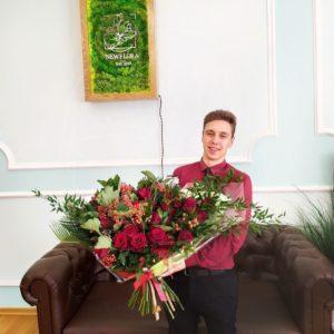 Букет 21 роза с калиной, малиной и зеленью