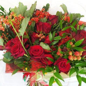 Букет 21 красная роза с калиной, малиной и зеленью
