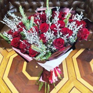 Зимний букет 35 красных роз 100см со снежной зеленью и лапником пихты