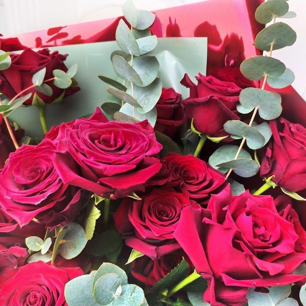 Букет 23 бордовые розы с эвкалиптом (заказчик ПСС)