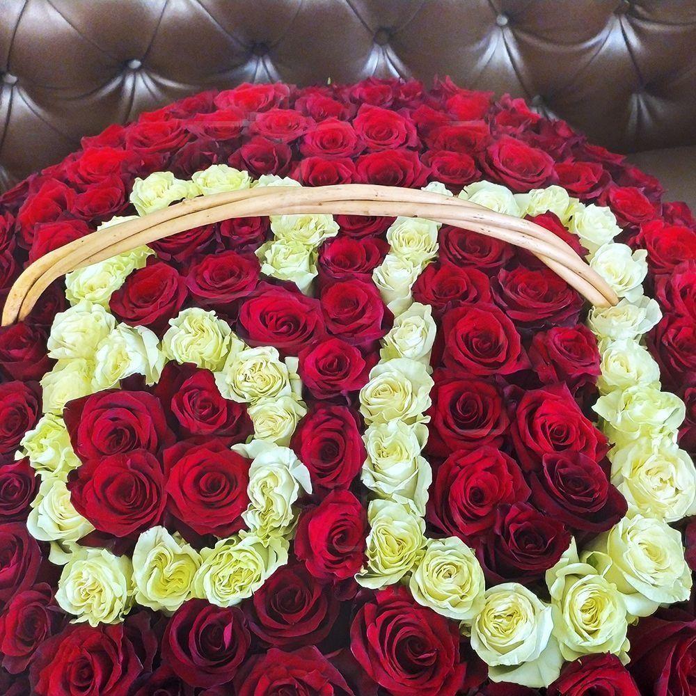 Корзина цветов с розами на юбилей 60 лет