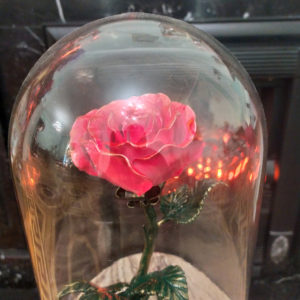 Кованая роза в колбе на мраморной подставке