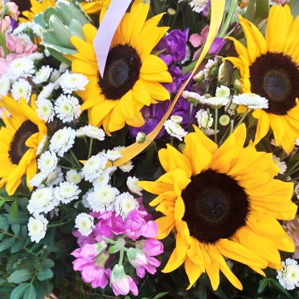 Корзина цветов с подсолнухами, маттиолой и зеленью (заказчик Sever Minerals)