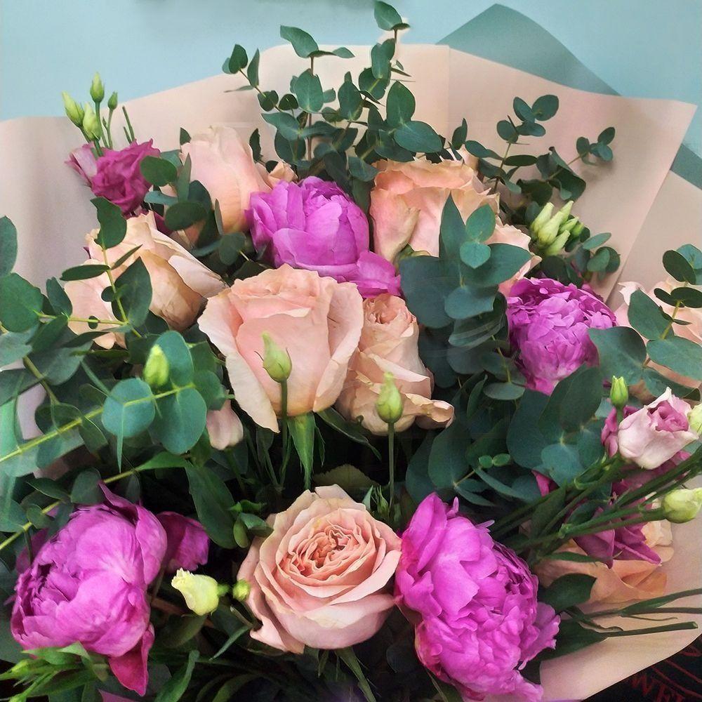 Букет 11 роз Shimmer (premium) с лизиантусом, пионами и эвкалиптом