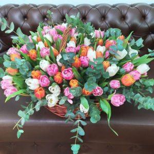 Корзина цветов 151 тюльпан с эвкалиптом