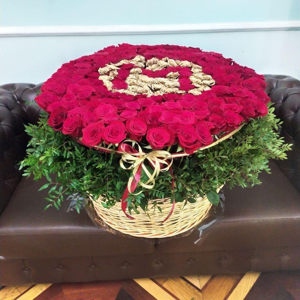 Огромная корзина 245 роз с зеленью и золотой буквой «M»