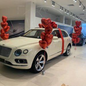 Оформление воздушными шарами и лепестками роз на выдачу автомобиля (заказчик Bentley)