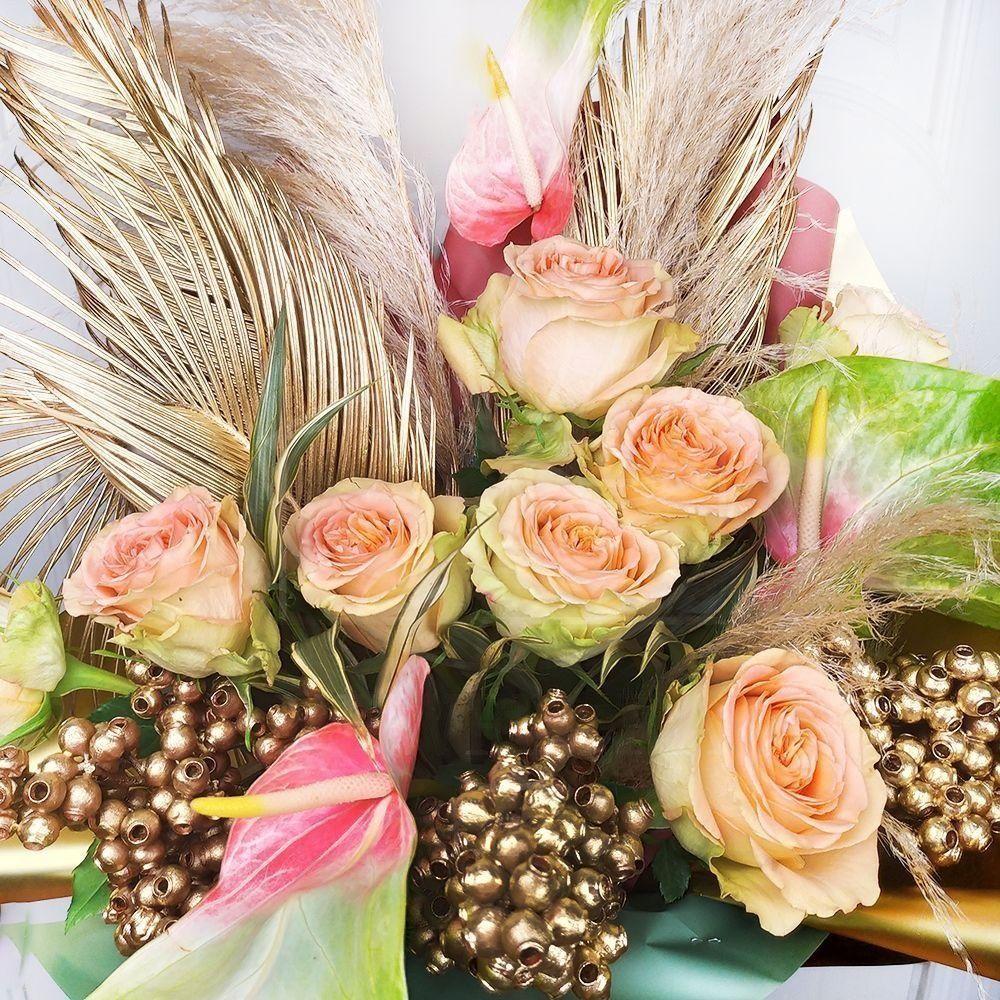 Букет 9 пионовидных роз с тропическим эвкалиптом, ветками пальмы и антуриумом