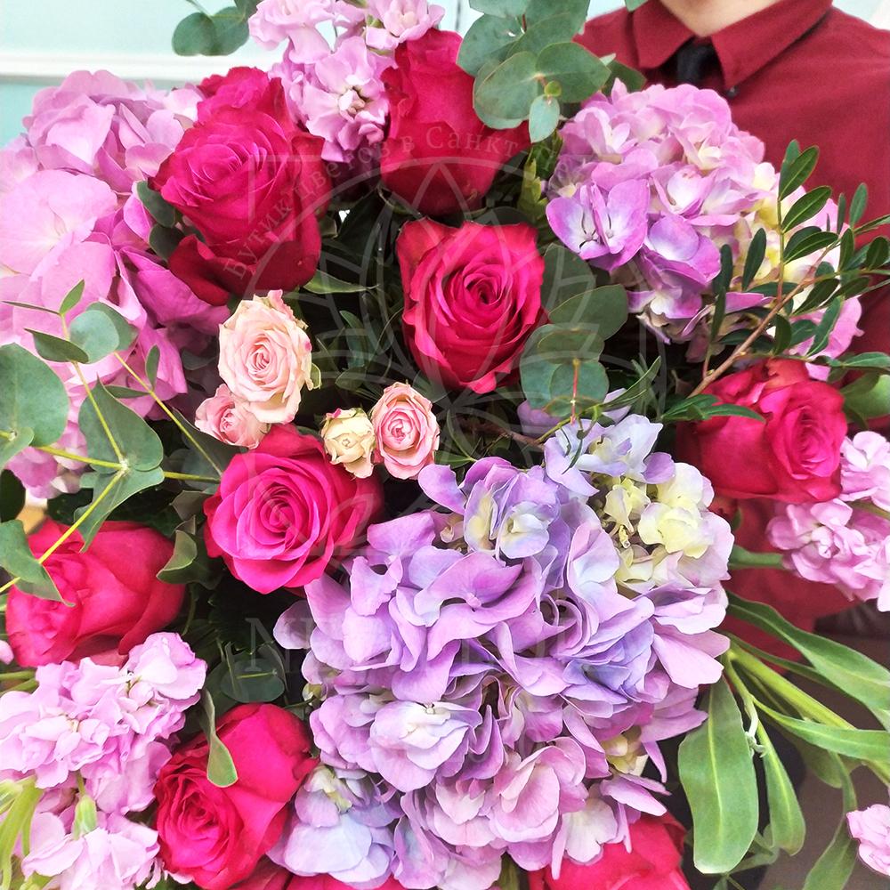 Букет гортензий с розами и маттиолой