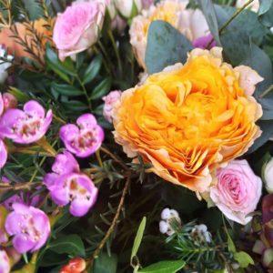 Букет пионовидных роз с лизиантусом, эвкалиптом и кустовыми розами