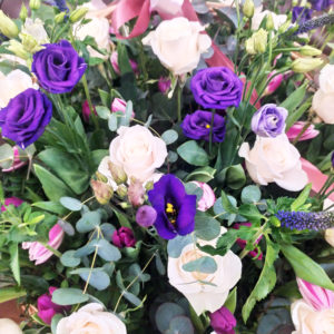 Корзина 45 роз с вероникой, тюльпанами и лизиантусами