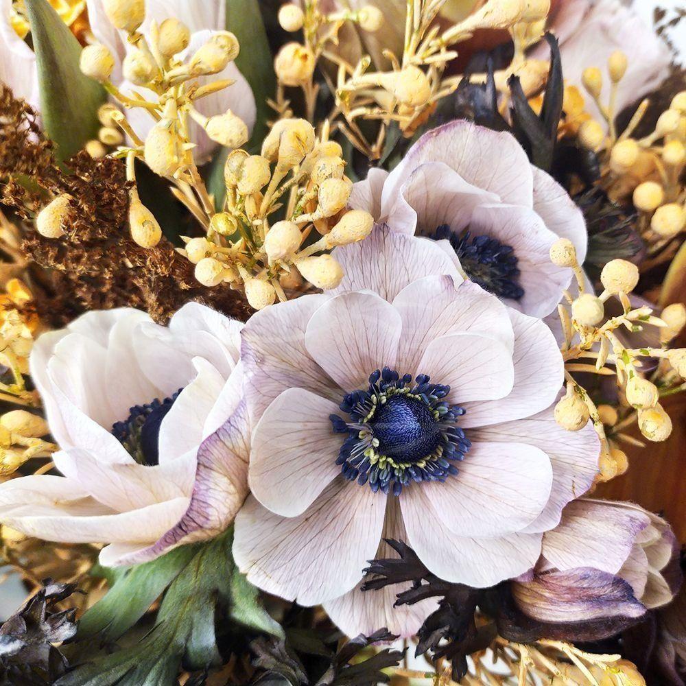 Букет 19 кофейных анемонов с карамельной гвоздикой, тюльпанами и зеленью