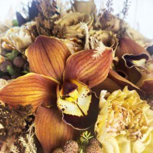 Кофейный букет с розами, орхидеями и карамельной гвоздикой