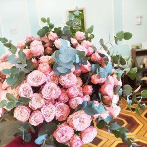 Букет 51 пионовидная кустовая роза с эвкалиптом (50-60см)