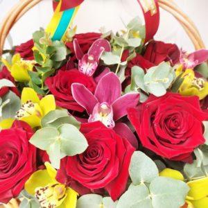 Корзина 19 красных роз с орхидеями и эвкалиптом