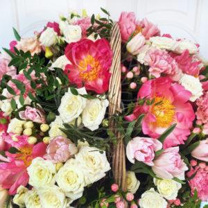 Корзина цветов с пионами, кустовыми розами и зеленью (d70см)