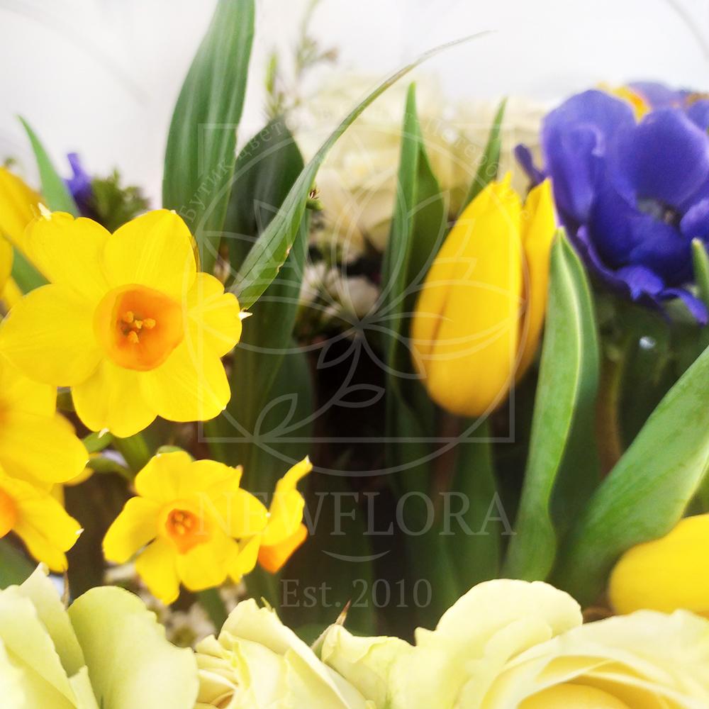 Корзина цветов с нарциссами, анемонами, тюльпанами и зеленью