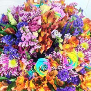 Букет 19 радужных роз с альстромериями и хризантемой