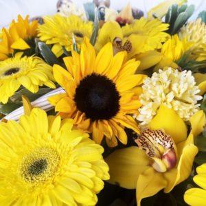 Корзина цветов с подсолнухами, орхидеями и желтыми герберами