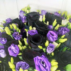 Букет 25 черных роз с фиолетовым лизиантусом