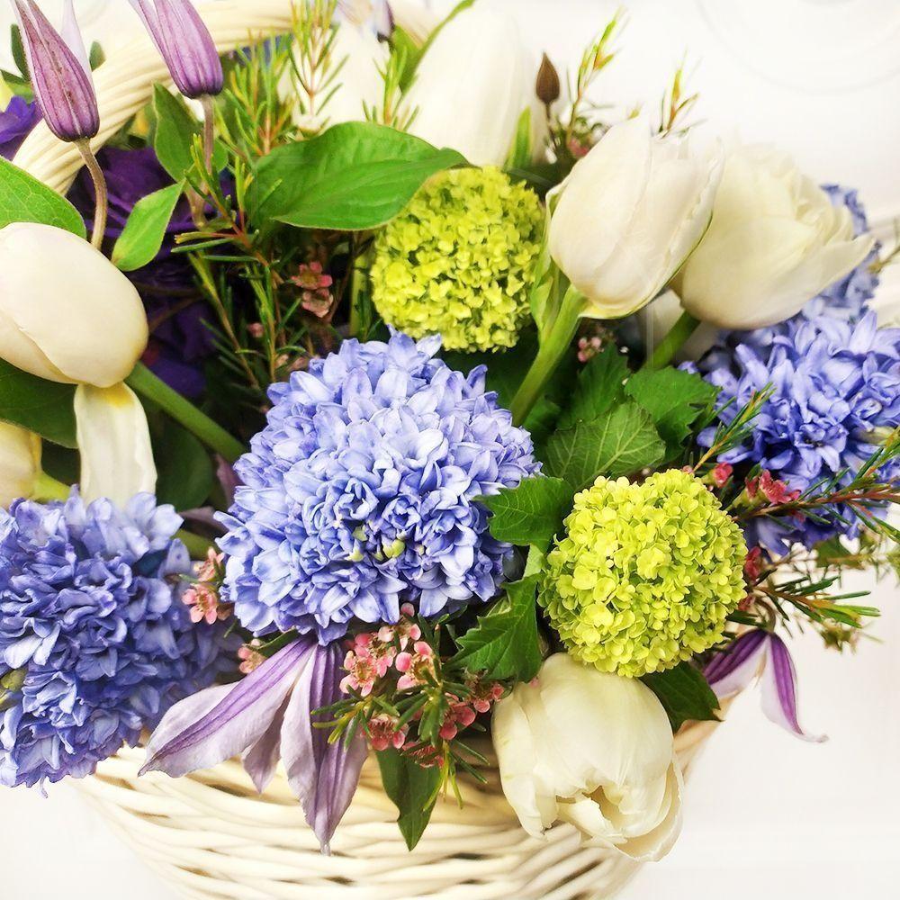 Корзина цветов с тюльпанами, гиацинтами, клематис и вибурнум
