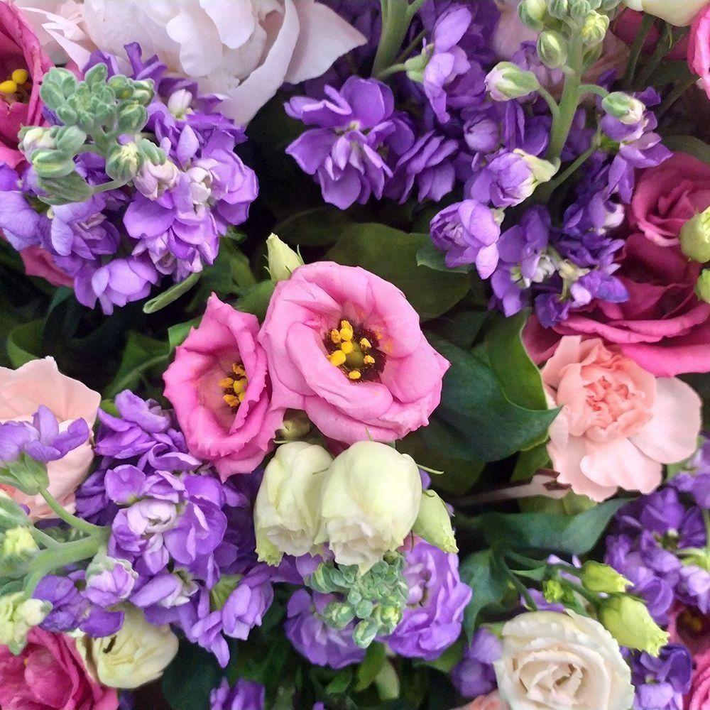 Корзина цветов пионовидными розами, маттиолой, пионами и зеленью