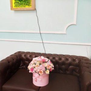 Шляпная коробка 31 пионовидная роза с эвкалиптом