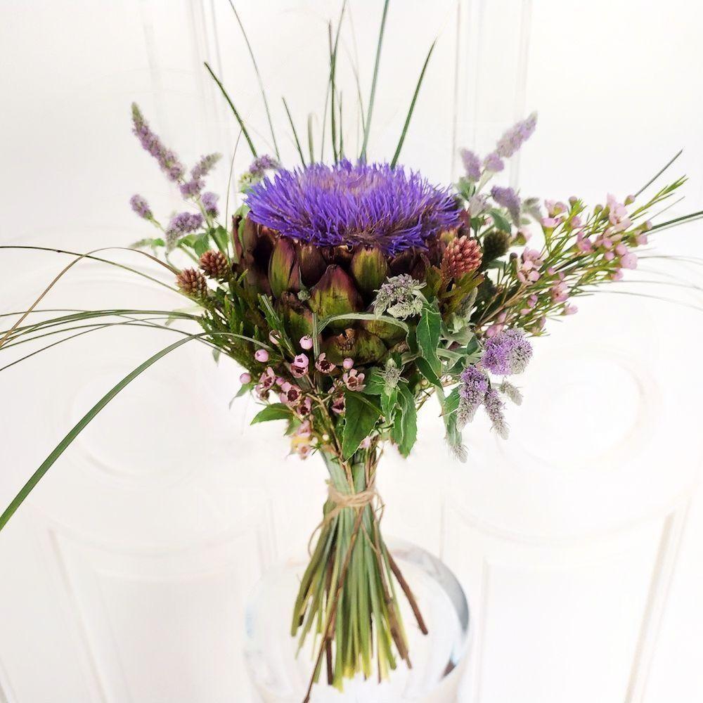 Букет цветущий артишок с мятой и брунией