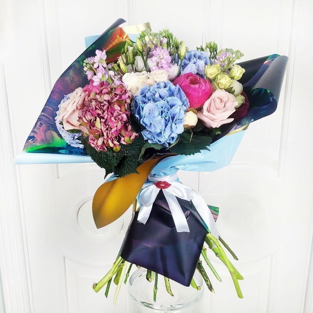Букет 5 гортензий с пионами, розами и маттиолой