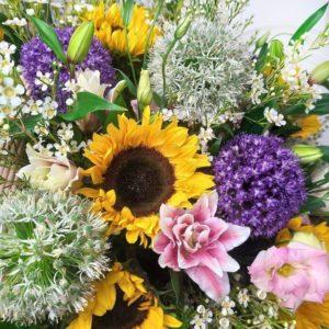 Корзина цветов с подсолнухами, орнитогалум и аллиум
