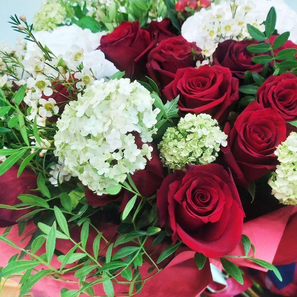 Букет 41 бордовая роза с вибурнум и гортензиями