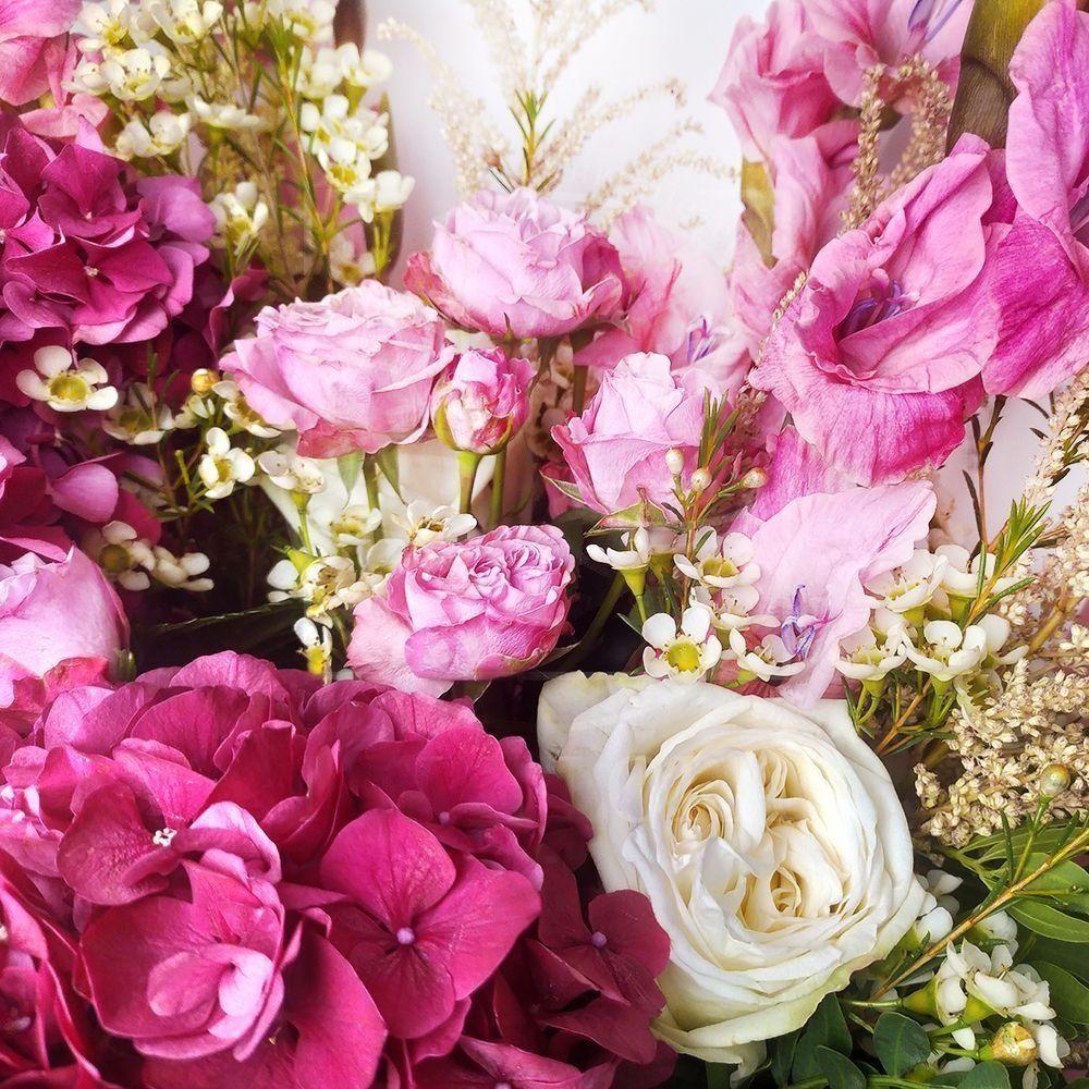 Букет розовых гладиолусов с астильбой и пионовидными розами